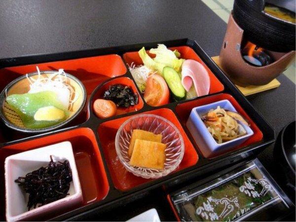 ◆ご朝食/身体にもやさしく人気のある温泉粥、地元産大豆を使った「つきよの納豆」などをご用意※一例
