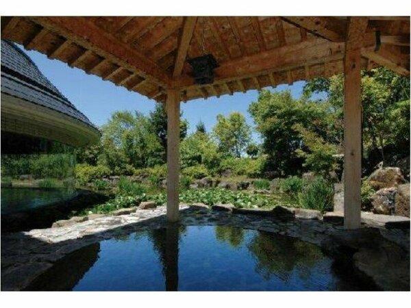 【男性露天風呂】自然に囲まれた源泉掛け流しの露天風呂です。