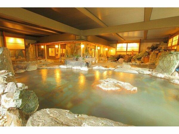 天然記念物の「三波石」をぜいたくに使用したダイナミックな岩風呂