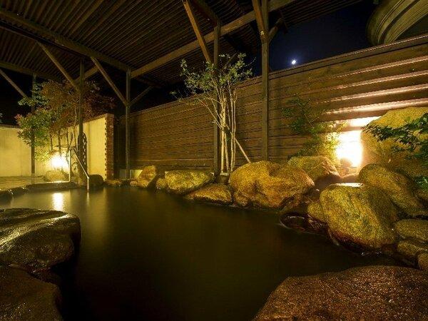 天然温泉「琴乃湯」露天風呂夜の照明に照らされ温泉を堪能する、心落ち着く時間