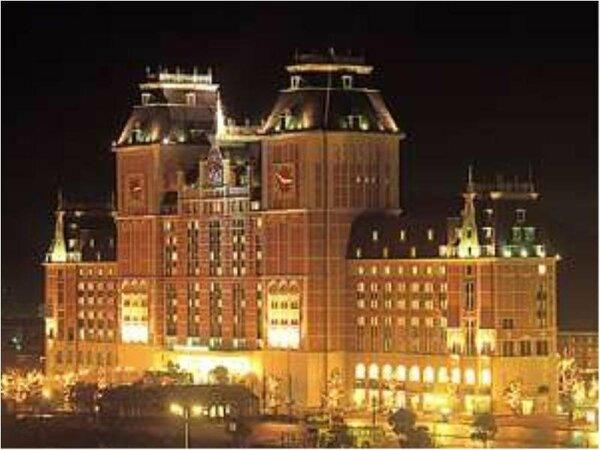 夜のホテル外観。ハウステンボス入国口まで徒歩1分と便利。