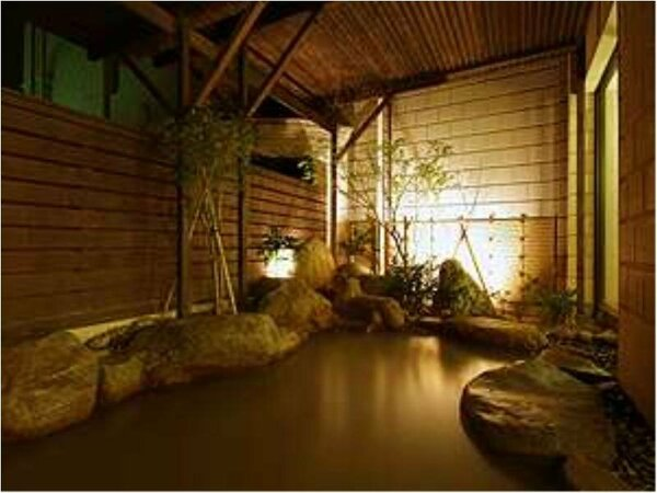 天然温泉「琴乃湯」の露天風呂。夜はほのかな明かりが灯り、癒しの空間が広がる。