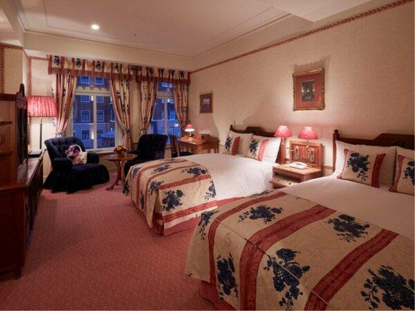 スタンダードツインルーム(39平米)ホテル内海に面し、ヨーロッパの調度品が揃う重厚感ある客室。