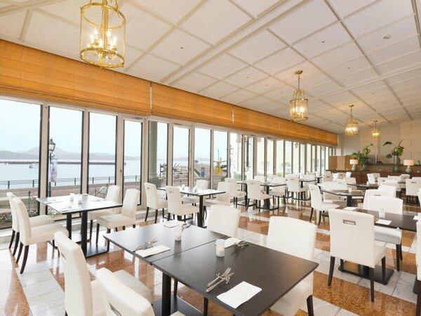 海の見えるレストランでシェフ特製のお料理をお楽しみください。