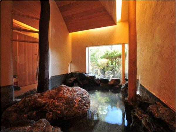 貸切風呂「岩」大岩をそのまま活かした開放的な雰囲気50分…3000円