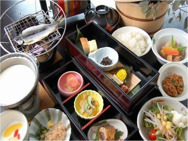 【朝食】朝食は大広間にて和朝食(朝食お部屋だしプランもございます)。