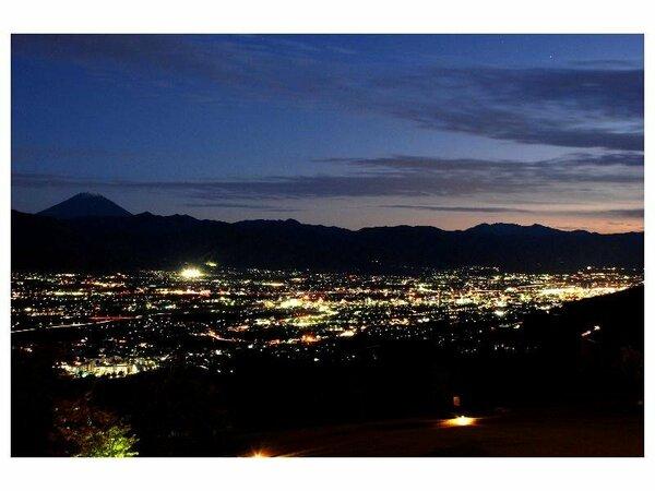 新日本三大夜景の美しい輝きを見下ろすことができます。