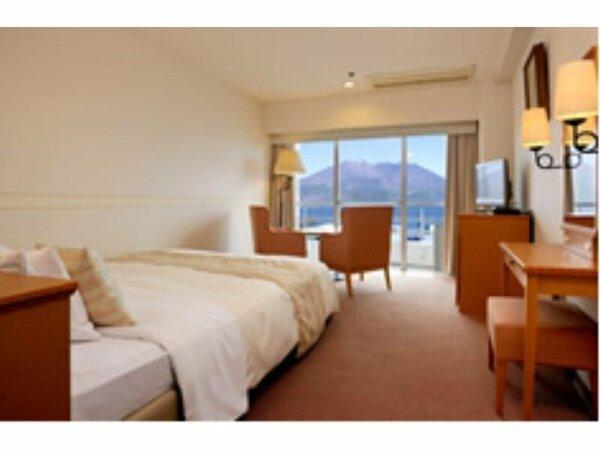 【高層階ダブルルーム・桜島側(22平米)】南国の日差しを窓いっぱいに受ける明るいお部屋です♪