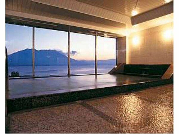 【ホテル内展望風呂】雄大な桜島と穏やかな錦江湾の見事な風景を眺めながら、ゆっくりとお寛ぎください