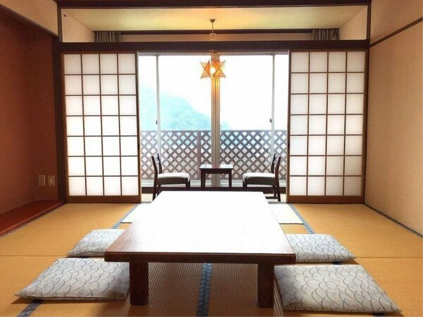 和室10畳/禁煙室【眺望】眼下に湯けむり、遠くに錦江湾に浮かぶ桜島望める定員2名から4名のお部屋