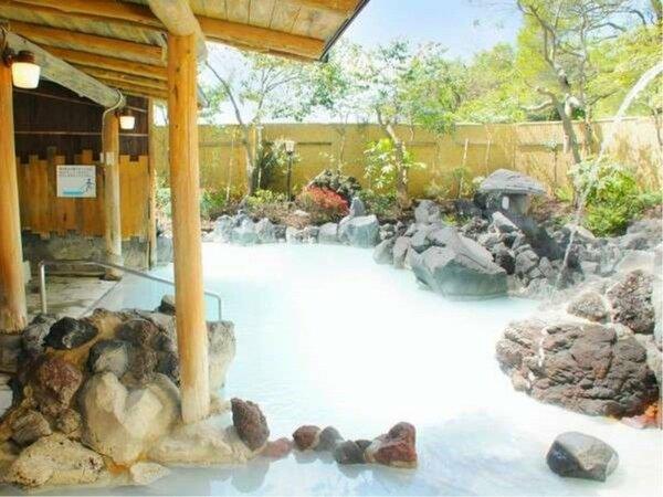 不思議な美しいブルーは空気に触れた温泉成分が生み出す自然の色「露天風呂」温泉満喫【霧島国際ホテル】