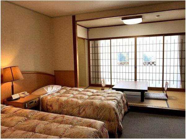 和洋室A(TW+4畳)【眺望】眼下に湯けむり、遠くに錦江湾に浮かぶ桜島望めるお部屋