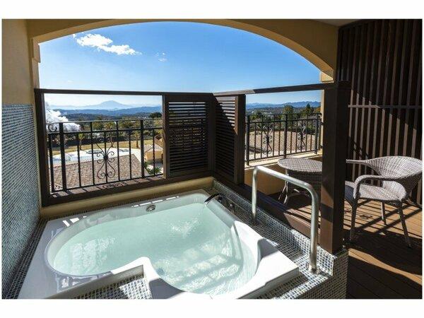 テラスに半身浴を愉しめるビューバス。眺望をひとり占めしながら天然温泉を。