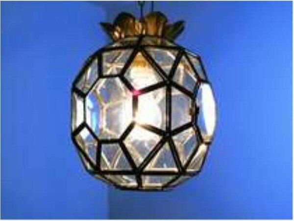 スペイン特注のクリスタルステンドグラスの暖かい光がお部屋からの素敵な眺望と相まって素敵な夜をお届け!