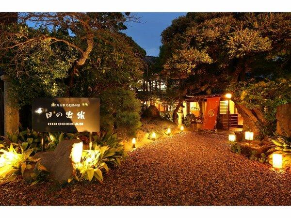 神門通りに面した正面玄関夜景です。