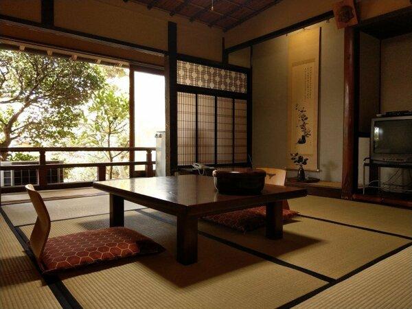 スタンダード和室。大正時代に建てられました。前庭に面していて、書生部屋のような趣があります。