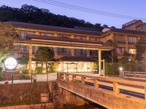 玉造温泉の入り口に位置する当館「玉井別館」この橋を渡ってお越し下さい。