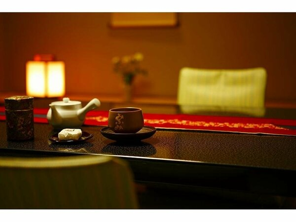 お部屋へご案内後はお茶とお菓子をお持ちいたします。(和室のみ)