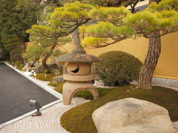 【入口:庭】宿名にちなんで松を基調とした和風ミニ庭園です。松の枝振りは見事なものです。
