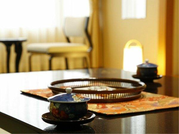 お部屋についたら、まずはお茶とお菓子で一息どうぞ。【モダン和室(10畳・禁煙)】