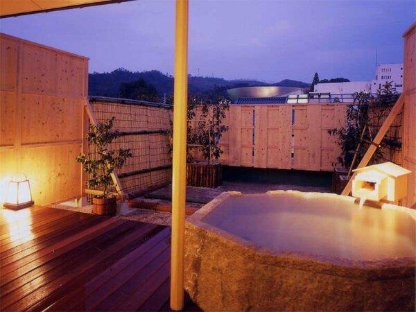 貸切露天風呂【岩の湯】ぬくもりのある肌触り、岩の浴槽のお風呂。*温泉ではございません。