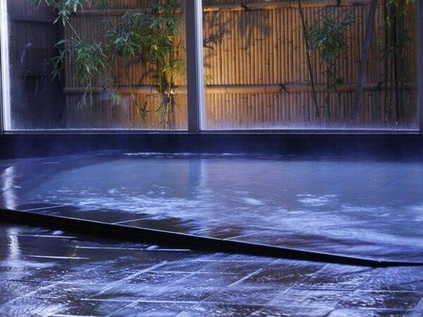 【大浴場】外にある庭園や竹林のライトアップが癒されます。