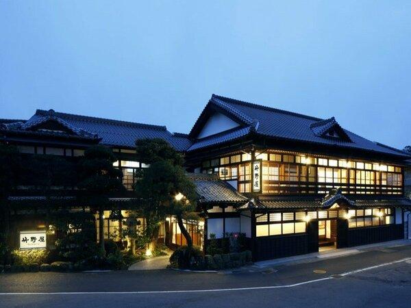【外観】大社の町に優しい光を灯す竹野屋旅館外観(夜)