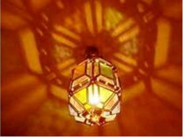 スペイン風のプチホテルの別館はお部屋も★特注ステンドグラスの素敵な明かりが★暖かくお迎えを致します!