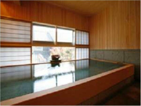 2階男性用大浴場。檜の良い香りに癒されます。松江しんじ湖温泉のお湯を存分にお楽しみ下さいませ。
