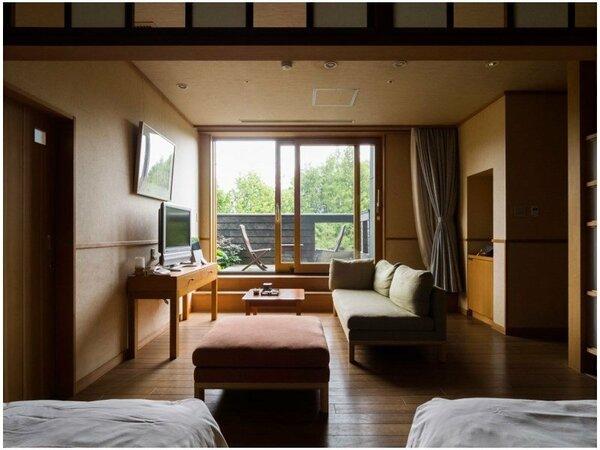 ひのき風呂付洋室一例。壁と天井は、天然素材の手漉き和紙で仕上げています。