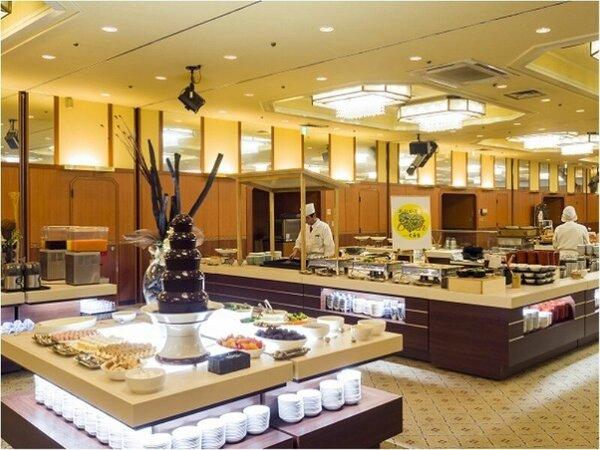 「おかげさまで60周年」バイキング会場 ライブキッチンでアツアツ出来立てお料理をお楽しみください。
