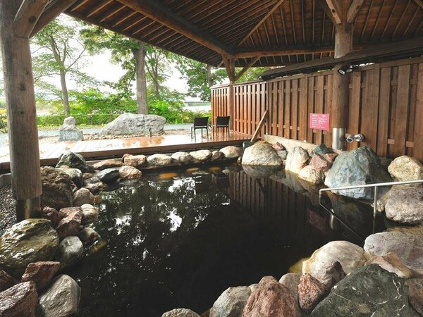 川沿いの新露天風呂からモール温泉と大自然の四季風景をお楽しみください。露天風呂のイメージ