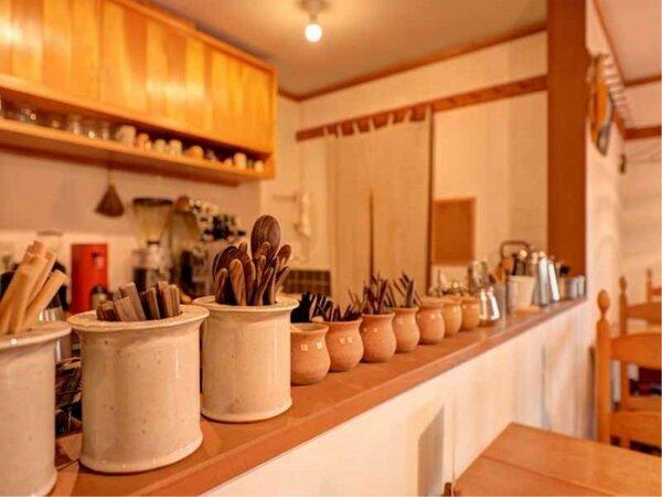 *カフェ・キッチン/こだわりの食器が並びます。