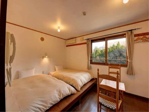 *客室TypeB(ツイン)/落ち着いた内装のお部屋で、窓の外からは美しい自然を眺められます。