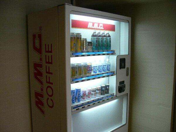 ソフトドリンクの販売機は客室階すべて、またアルコール販売機は偶数階に設置しております。