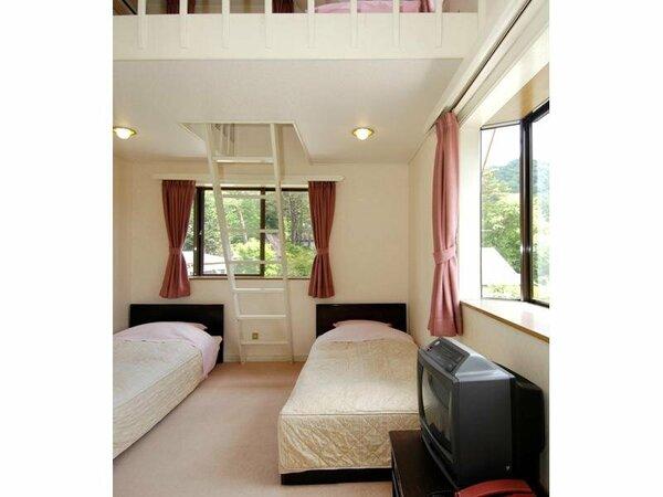 4人用ロフトルーム 下にシングルベット2つ 真ん中のハシゴを上りロフトにべットマット2つの洋室です。