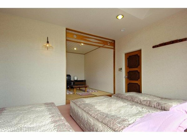 洋室にシングルベット4つプラス約5畳の和室付きの和洋室です。
