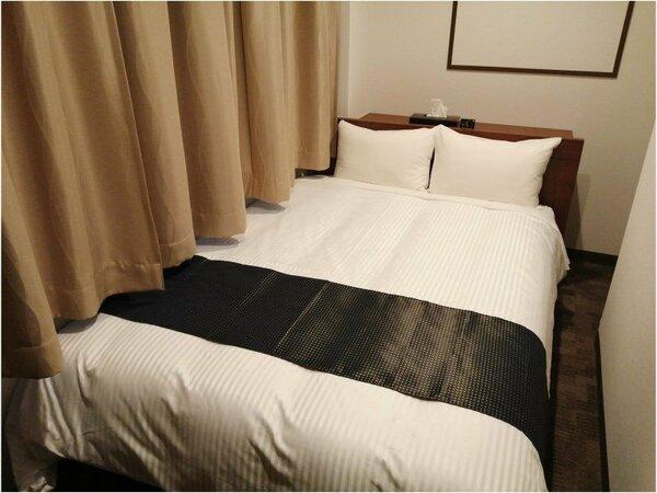 ダブルルーム。シモンズ製ベッドを採用しています。