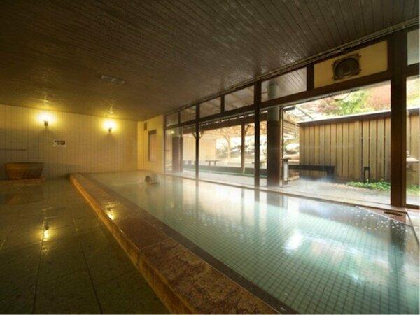 解放感のある広々とした大浴場。益子焼の巨大急須から注がれる温泉は、お肌にやさしい美肌の湯♪