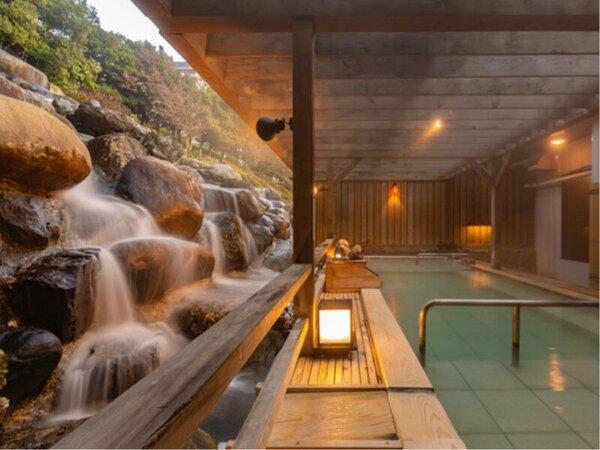 滝を眺める露天風呂。温泉に浸かりながら、お楽しみください。
