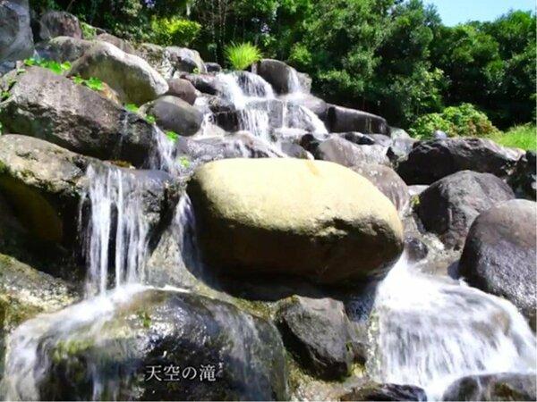 露天風呂から眺める滝