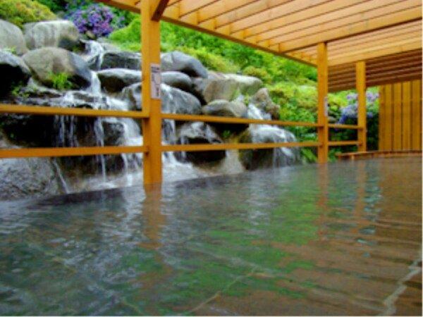 露天風呂からは時間によって滝見風呂が楽しめます。檜のやさしい香りととも心と体もリラックス♪