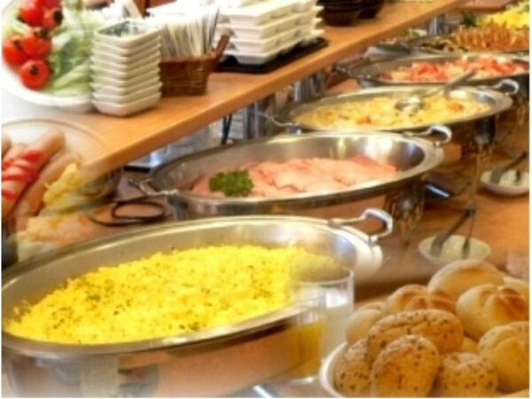 朝食バイキングでは、和洋さまざまな料理を取り揃えております。