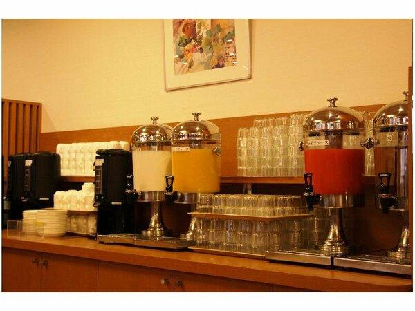 お水の他には、ジュース、お茶、コーヒーご用意しております。