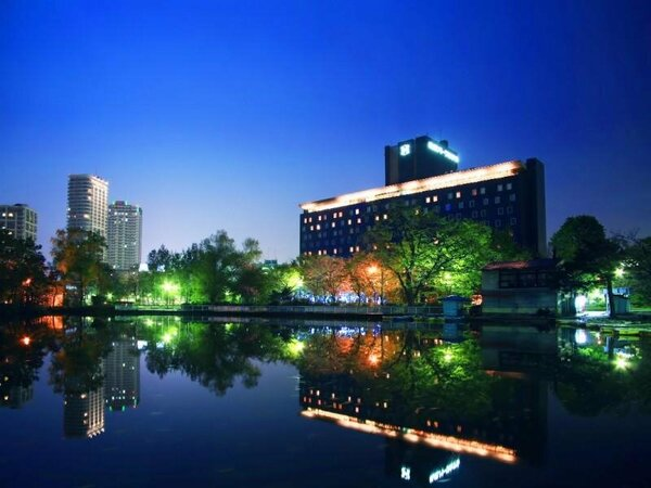 札幌駅から地下鉄6分、すすきのから徒歩5分ながら中島公園の緑に包まれた札幌を代表するシティリゾート