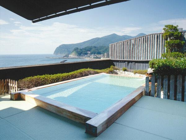 畳敷きの大露天風呂「花の湯」