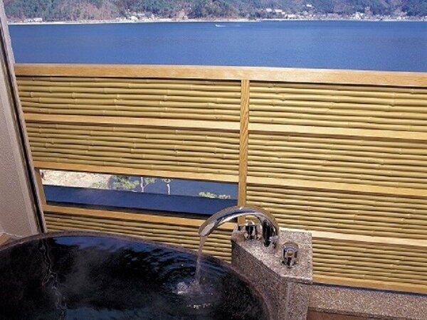 河口湖側客室露天風呂(イメージ)露天風呂から眼下に広がる河口湖の眺めをお楽しみいただけます。