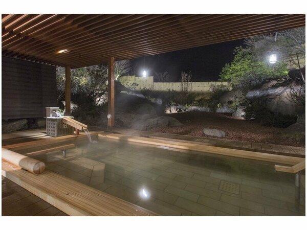 湖畔庭園を見ながら湯ったりと露天風呂につかってください