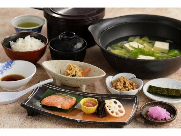 ご朝食のイメージ。画像の湯豆腐はおよそ3名様分です。