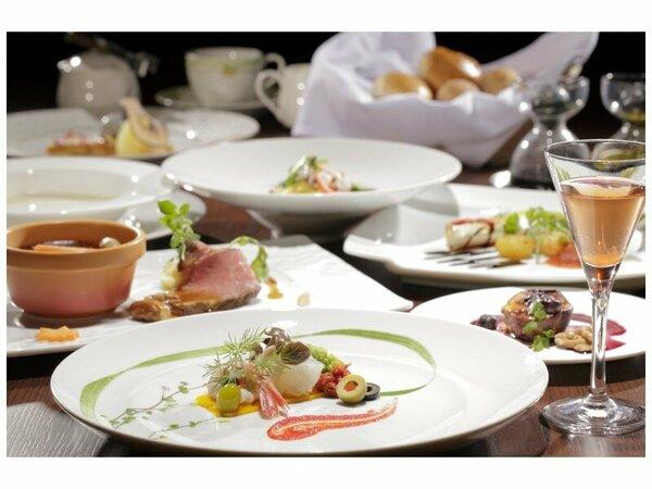 夕食は季節の食材を活かした全8品の洋食フルコースをご用意